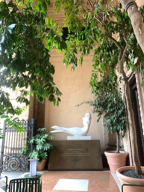 スタバのシンボル・サイレンの像